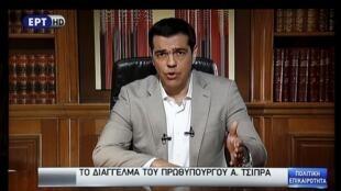 Primeiro-ministro, Alexis Tsipras, na televisão grega neste domingo (28).