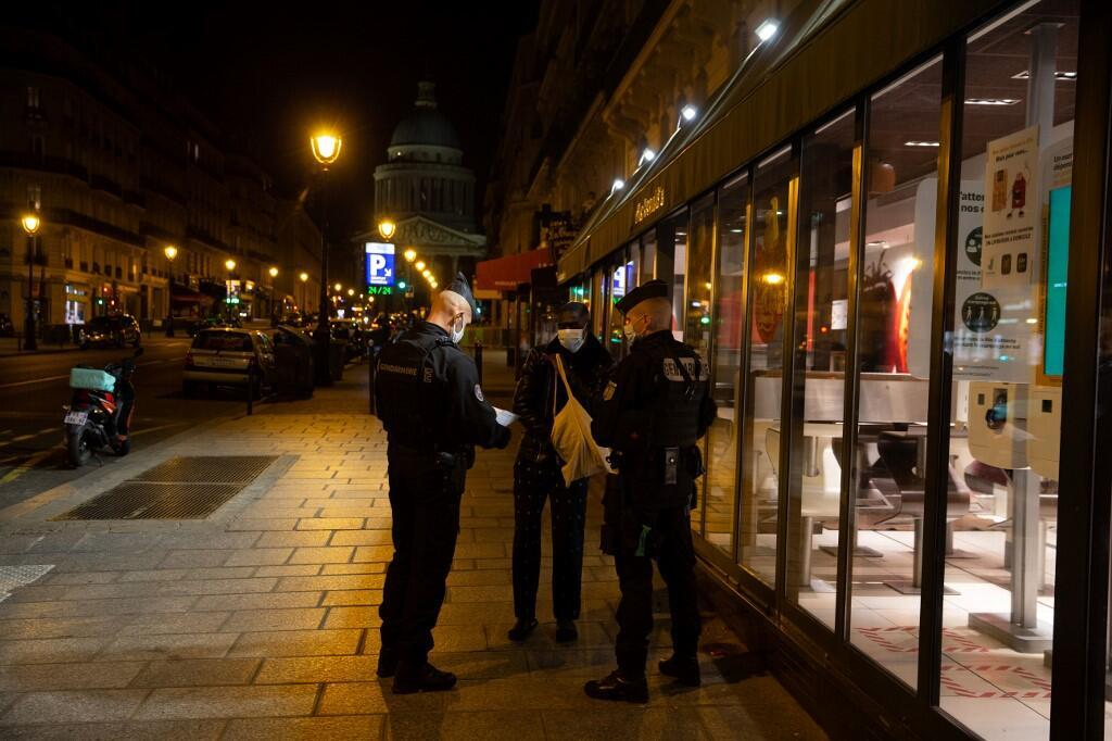 Париж. 17 октября. Жандармы проверяют документы у редких прохожих, вышедших на улицу после 21 часа.