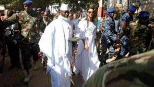 Antigo presidente Yahya Jammeh juntamente com a esposa aquando das presidenciais do dia 1 de Dezembro de 2016.