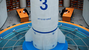 圖為朝鮮展示新型導彈模型
