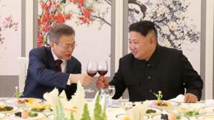 Lãnh đạo Bắc Triều Tiên Kim Jong Un (P) chạm cốc với tổng thống Hàn Quốc Moon Jae In, trong bữa ăn trưa tại Nhà Khách Samjiyon, ở tỉnh Ryanggang, Bắc Triều Tiên, ngày 20/09/2018