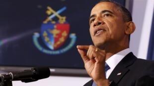Obama discursa nesta quinta-feira, com logo da Universidade Nacional de Defesa ao fundo