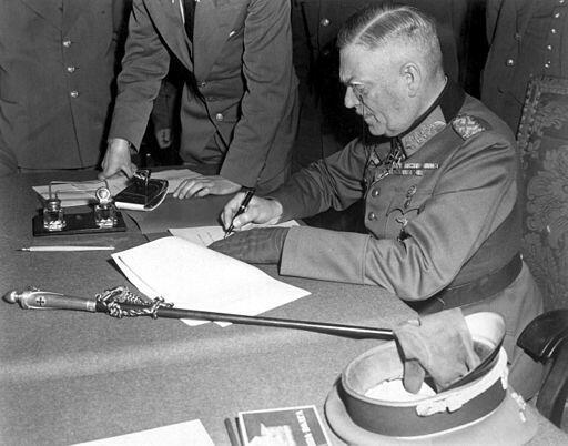 El mariscal Wilhelm Keitel firma la rendición de Alemania ante oficiales del Ejército Rojo, el 8 de mayo de 1945.