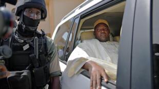 Le président gambien Adama Barrow, à la sortie de la mosquée, à Banjul, le 27 janvier 2017.