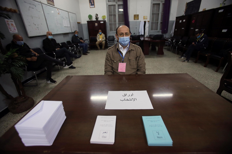 یک حوزه رایگیری برای همهپرسی قانون اساسی جدید در الجزایر. یکشنبه اول نوامبر