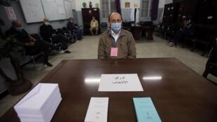 Un agent électoral dans un bureau d'Alger, le 1er novembre 2020.