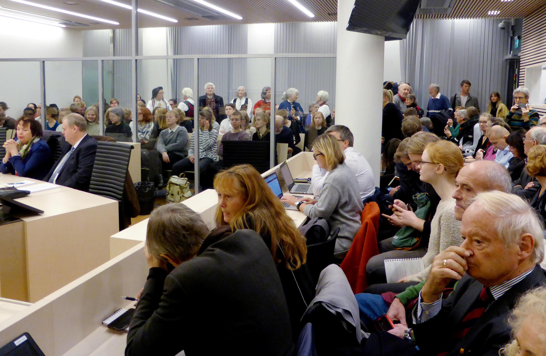 La salle d'audience du procès de l'Etat norvégien, ce mercredi 14 novembre 2017. Au fond derrière la vitre, les plaignants en tenue traditionnelle.