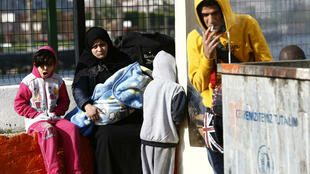 Une famille de migrants bloquée sur le port de Dikili en Turquie, le 6 avril 2016.