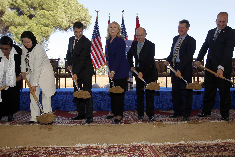Ghé thăm Maroc, Ngoại trưởng Hillary Clinton cũng tranh thủ tham gia lễ động thổ công trình xây dựng đại sứ quán mới của Mỹ tại Rabat ngày 26/02/2012.