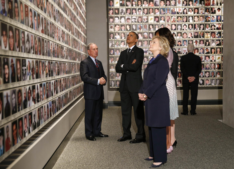 Le président Barack Obama, l'ancien maire de New York, Michael Bloomberg, la Première Dame, Michelle Obama, l'ancien président des Etats-Unis, Bill Clinton, et l'ancienne sécrétaire d'Etat, Hillary Clinton, face aux morts de 9/11.
