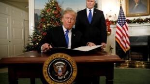 O vice-presidente dos Estados Unidos, Mike Pence, espera que o presidente dos Estados Unidos, Donald Trump, assine uma proclamação que afirma que os Estados Unidos reconhecem Jerusalém como a capital de Israel, em Wasington, em 6 de dezembro de 2017.