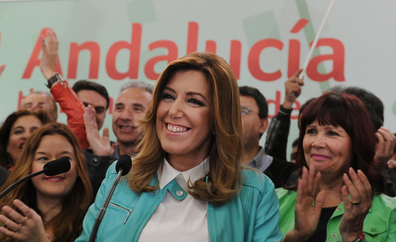 La présidente du Parti socialiste andalou (PSOE) Susana Diaz (C) célèbre la victoire de son parti à Séville, le 22 mars 2015.