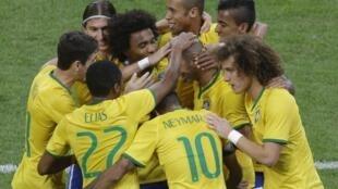 Jogadores brasileiros festejam o segundo gol de Tardelli no amistoso contra a Argentina, em Pequim, neste sábado 11/10/2014.
