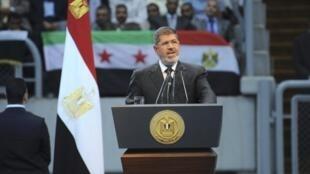 លោក Mohamed Morsi ប្រកាសផ្តាច់ទំនាក់ទំនងការទូតជាមួយស៊ីរី ក្នុងសន្តិសីទមួយ នៅទីក្រុង Caire ថ្ងៃទី១៥ មិថុនា ២០១៣