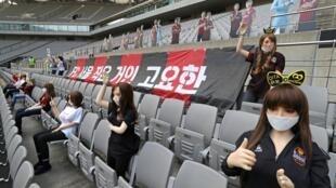 Varias muñecas hinchables colocadas a modo de seguidoras en las gradas del estadio del FC Seúl durante el partido contra el Gwangju, el 17 de mayo de 2020 en la capital surcoreana