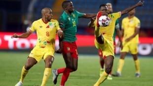 Les Béninois Jordan Adeoti (à gauche) et Seidou Baraze à la lutte avec le Camerounais Arnaud Djoum.