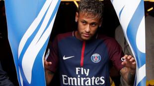 Neymar estreia neste domingo (13) defendendo o Paris Saint-Germain, seu novo clube, contra o pequeno time de Guingamp