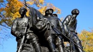 """""""Aos heróis do Exército Negro"""", monumento dedicado às tropas africanas que combateram durante a Primeira Guerra Mundial."""