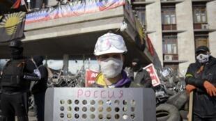 Пророссийские активисты перед зданием областной администрации Донецка 08/04/2014