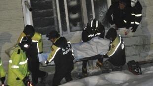 韓國救護人員從屋頂坍塌的禮堂中運出傷員
