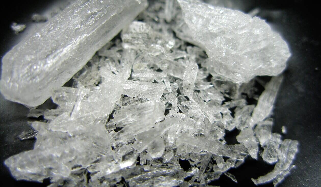 """مت آمفتامین یا """"شیشه"""" (کریستال)، در شکلهای مختلف به بازار مواد مخدر وارد میشود"""