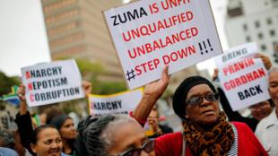 Manifestation anti-Zuma en mars 2017 au Cap, après que le président sud-africain eut démissionné le ministre des Finances Pravin Gordhan, provoquant une crise financière.