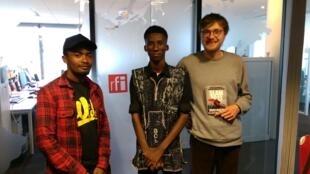 De gauche à droite, Tokyo Harem, slameur de Madagascar, Amadou Niangadou, slameur Malien, et Gauthier Cormier, vainqueur du slam national 2018 et participant à l'organisation de l'événement.