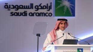 O presidente do conselho de administração da Aramco, Yasir al-Rumayyan, durante coletiva de imprensa em Dhahran, na Arábia Saudita, neste domingo (3).