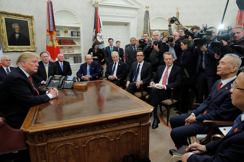 Tổng thống Mỹ Donald Trump (T) tiếp phó thủ tướng Trung Quốc Lưu Hạc tại Nhà Trắng, Washington, Hoa Kỳ, ngày 31/01/2019.