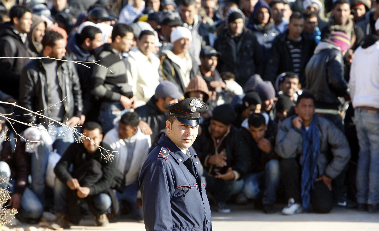 13 февраля 2011 года. Нелегальные иммигрантов из Туниса на острове Лампедуза (архив)