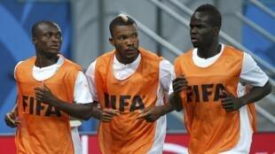 Constant Djakpa, Geoffroy Serey Die et Ismaël Diomande (de g. à d.) à l'entraînement à Recife, le 13 juin 2014.