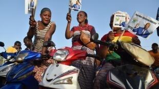 Des électeurs de Roch Marc Christian Kaboré célèbrent sa victoire à l'élection présidentielle en 2015.