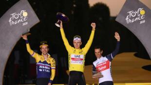 Le Slovène Tadej Pogacar (c), vainqueur du Tour de France, son compatriote Primoz Roglic, 2e, et l'Australien Richie Porte, 3e, à Paris, le 20 septembre 2020