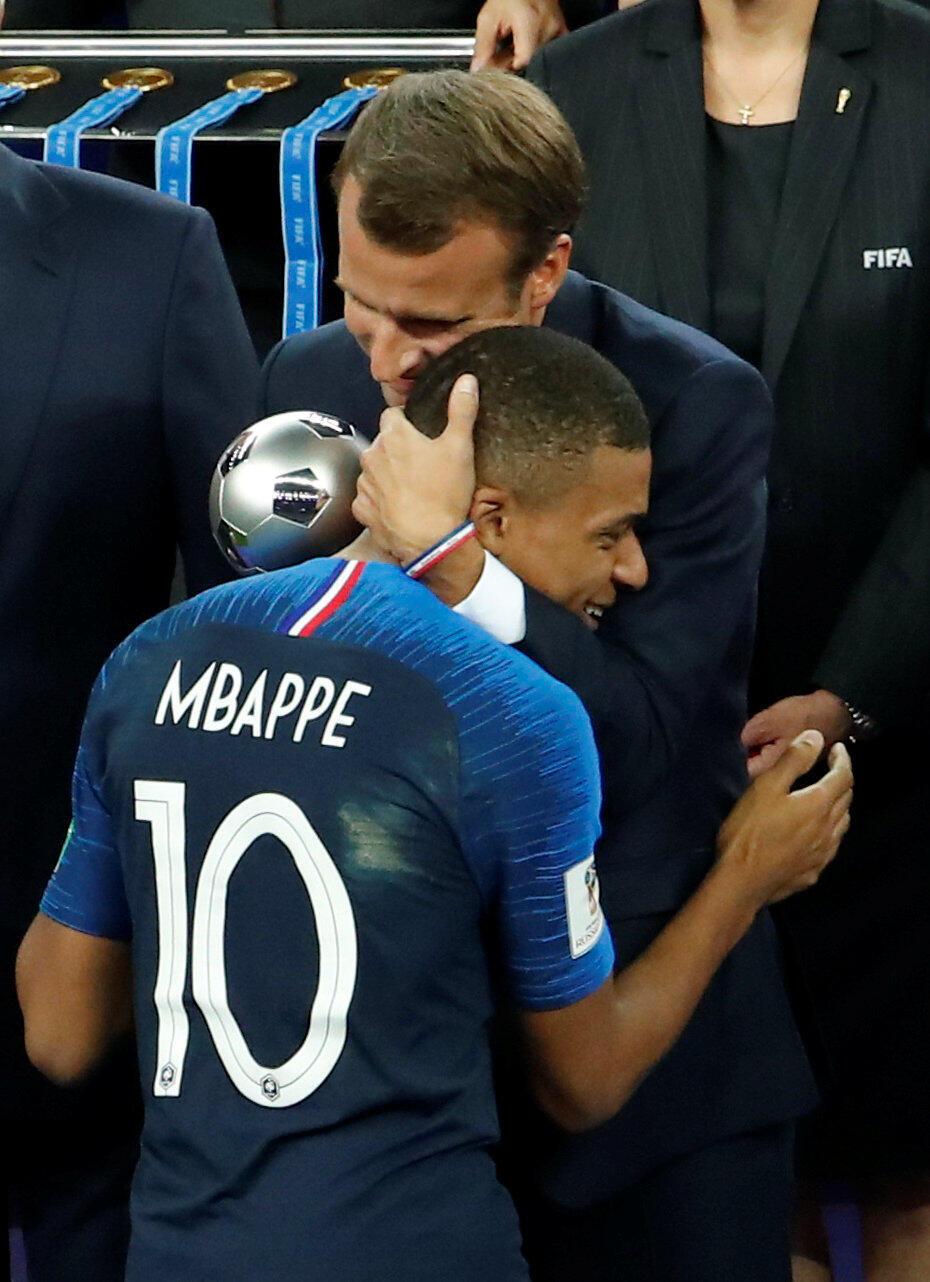 Emmanuel Macron remet le trophée du meilleur jeune du Mondial à Kylian Mbappé.