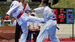 Võ sĩ Bùi Thị Triều (phải) trong một trận đấu với võ sĩ Nhật Bản tại Bắc Kinh
