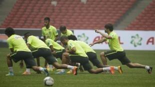 Neymar (em pé), durante treino da seleção brasileira nesta sexta-feira (10), em Pequim