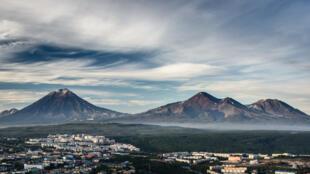 La ville russe de Petropavlovsk sur la péninsule du Kamtchatka en Extrême-Orient surplombée par les volcans Koryaksky et Avachinsky.