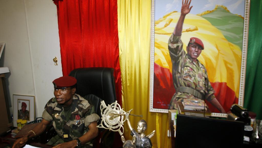 Le capitaine Moussa Dadis Camara, chef de la junte, dans son bureau du camp Alpha Yaya à Conakry, le 1er octobre 2009.