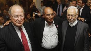 O líder do Ettakatol, Mustafa Ben Jaafar, o presidente Moncef Marzouki (centro) e o líder do Ennhada, Rached Ghannouchi, após coletiva de imprensa nesta segunda-feira.