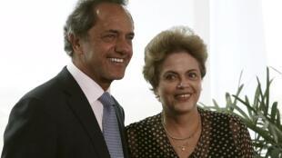 O candidato argentino à presidência, Daniel Scioli, ao lado da presidente Dilma Rousseff no último dia 13 de outubro.