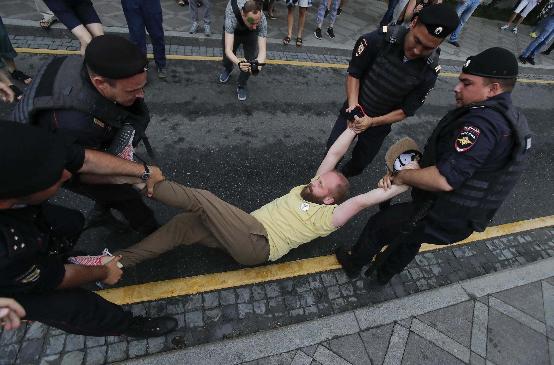 В ОВД-Инфо сообщили о задержании более 400 человек на марше в Москве, по данным на 16.00