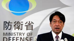 日本防衛大臣在一次記者會上 2013年12月17日