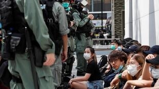 Des manifestants anti-Pékin sont détenus par la police lors d'un rassemblement à Causeway Bay, à Hong Kong, le 27 mai 2020.