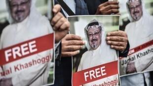 Manifestantes seguram foto do jornalista desaparecido Jamal Kashoggi