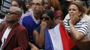 Torcedores franceses se entristecem com a a derrota para a Alemanha e eliminação da Copa do Mundo, nesta sexta-feira (4).