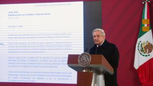 Foto de la oficina de prensa de la Presidencia de México que muestra al mandatario  Andrés Manuel López Obrador hablando durante una conferencia de prensa en la Ciudad de México, el 15 de diciembre de 2020.