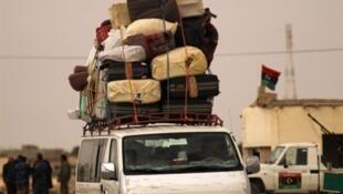 Des habitants fuient la ville de Benghazi menacée par les troupes pro-Kadhafi, le 16 mars 2011.