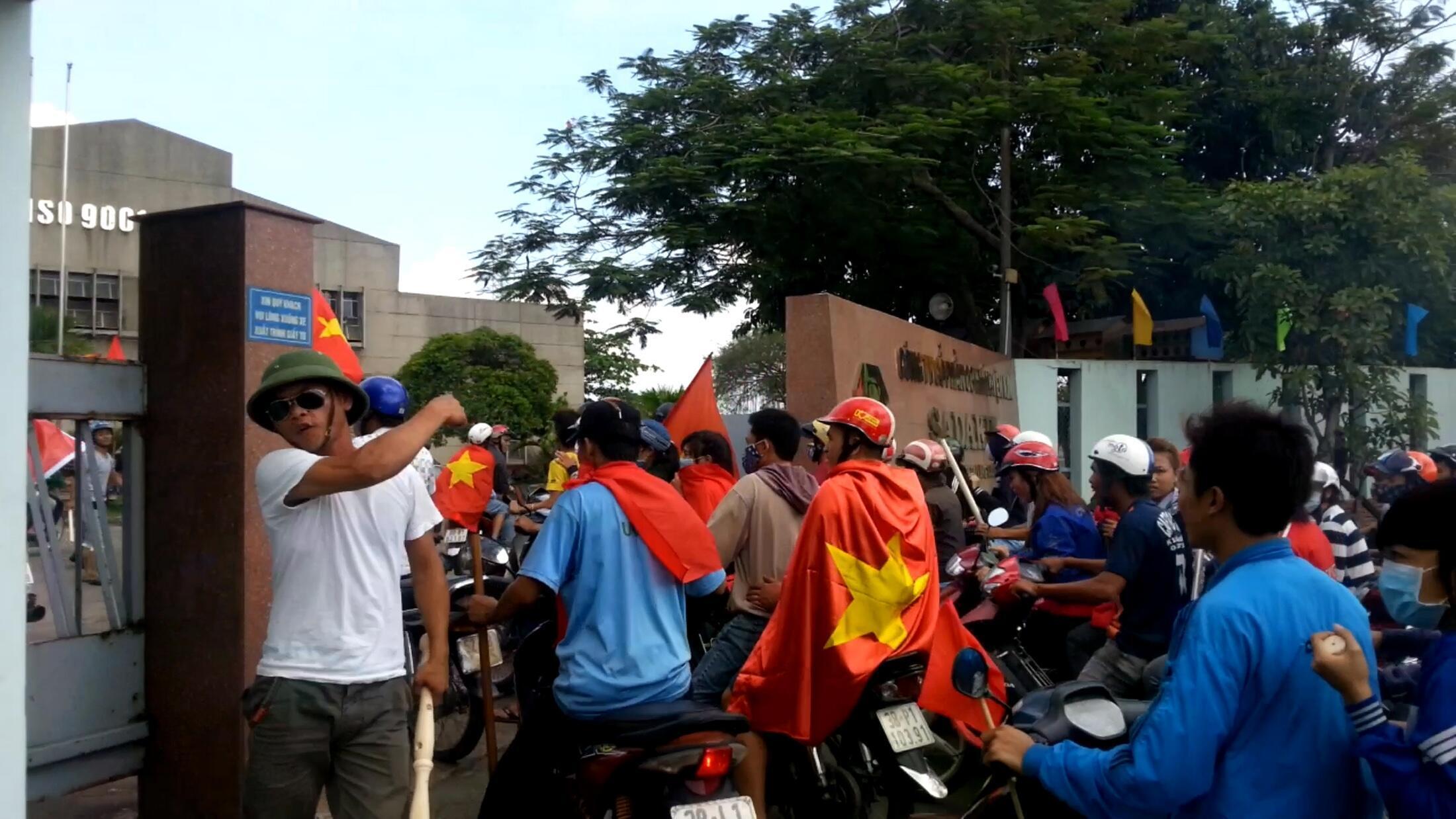 Bạo động do các nhóm xã hội đen tổ chức, trong đợt biểu tình phản đối Trung Quốc giữa tháng 5/2014, gây lo ngại. Trong ảnh, một cuộc bạo động tại Bình Dương, 13/05/2014.