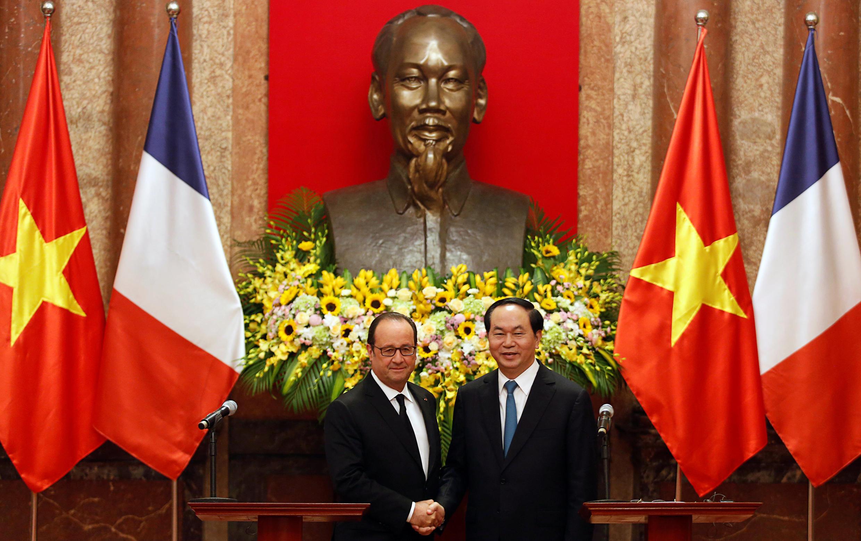Poignée de main entre François Hollande et son homologue vietnamien Tran Dai Quang, au palais présidentiel de Hanoï, le 6 septembre 2016.
