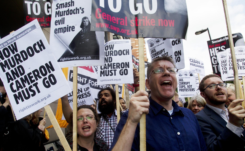 Protesta antes de la comparecencia de Rupert Murdoch ante la comisión del Parlamento británico.